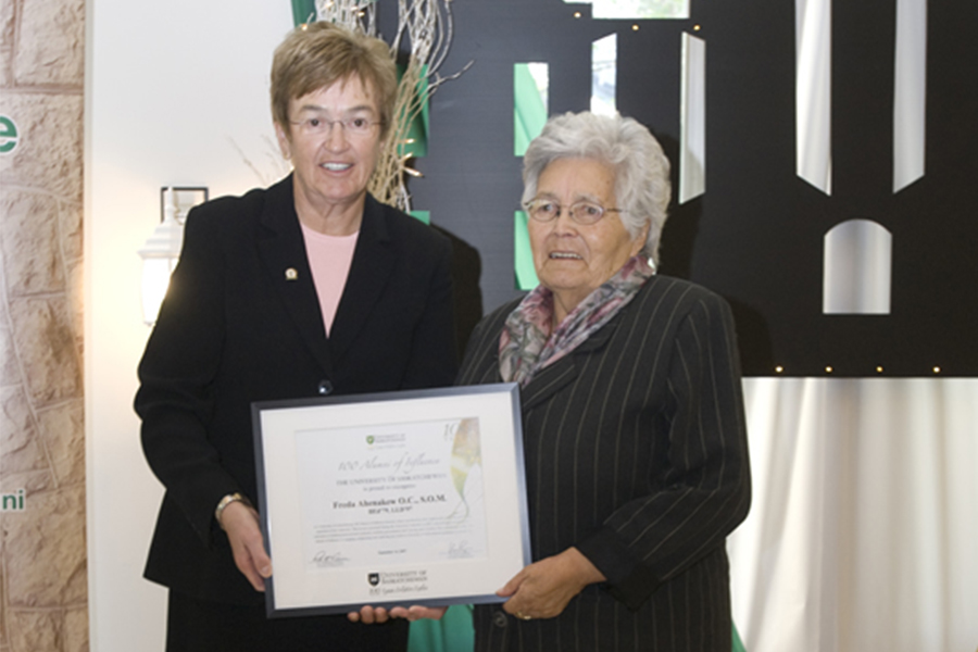 Ahenakew (right) receives an U of S Alumni of Influence Award in 2007.